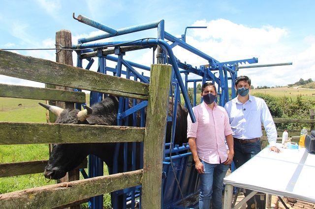 Javier Pérez Montenegro Decano Facultad Medicina Veterinaria Zootecnia y Sebastián Zárate coordinador CIFRAGROP